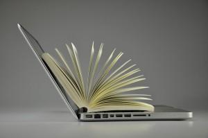 Laptop und Buch.
