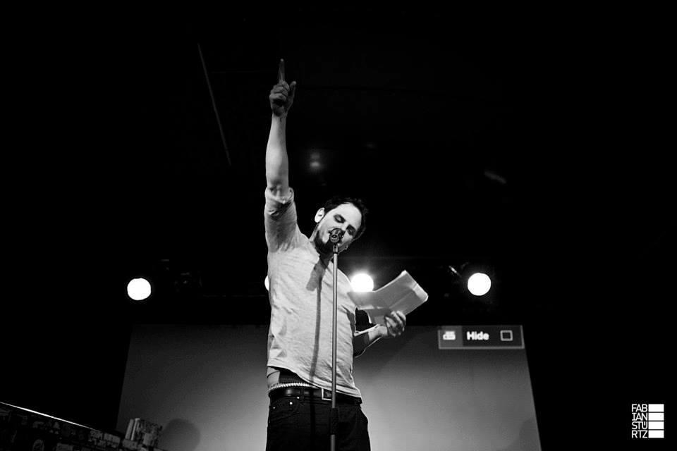 """""""Nach meinem ersten Poetry Slam war ich angefixt. Außerdem gab es Freibier."""" Bild: © Fabian Stürtz"""