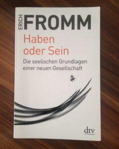 Erich Fromms zeitdiagnostisches Werk Haben oder Sein. Bild: Jannick Griguhn