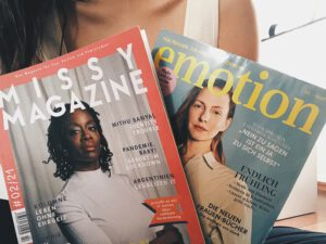 Liefern Leser:innen einen tollen Mix aus Information & Inspiration: Die EMOTION und das Missy Magazine. Foto: Olga Wagner
